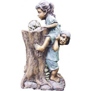 Siem en saar op boomstronk waterornament sterke siem helpt zijn vriendinnetje saar een handje, zodat saar ...
